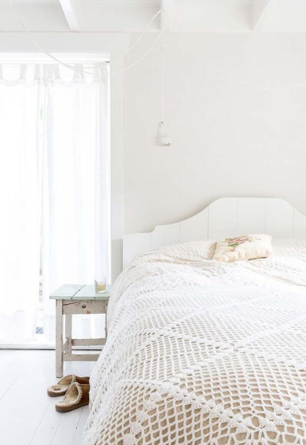 Neutral bedspread made of crochet for a double bedroom
