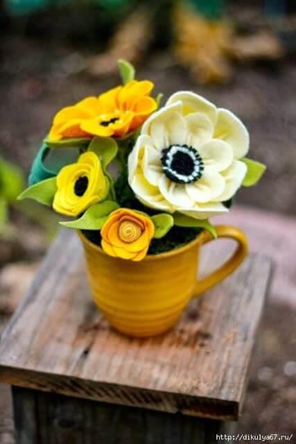 Vase with felt flower