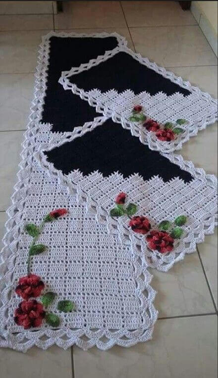 Crochet rug set for black and white kitchen with flowers Photo by Pinterest