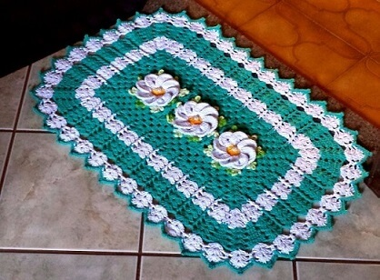 Crochet kitchen rug with white flowers Photo by Pinterest