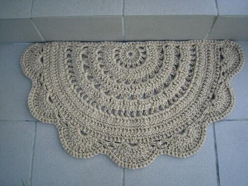 Half circle crochet kitchen rug with ruffle border Photo by Pinterest