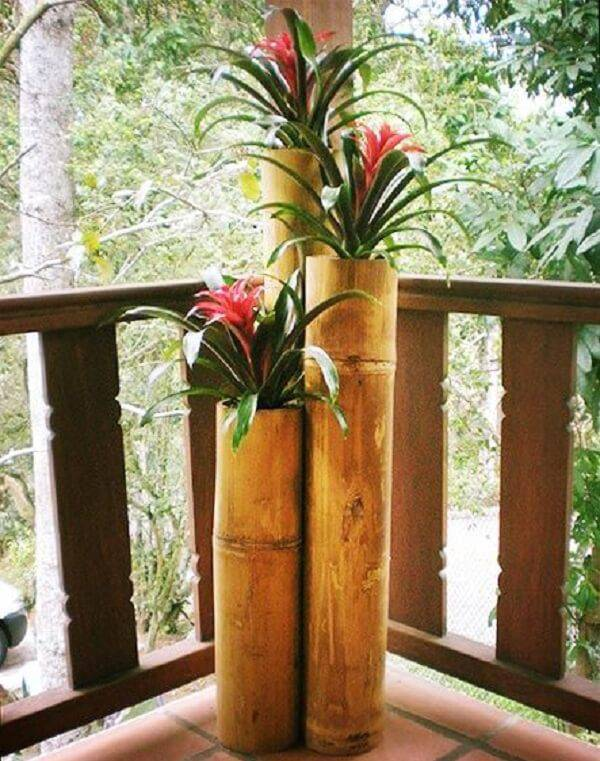 Handicraft with bamboo for plants enchants the decor of the balcony