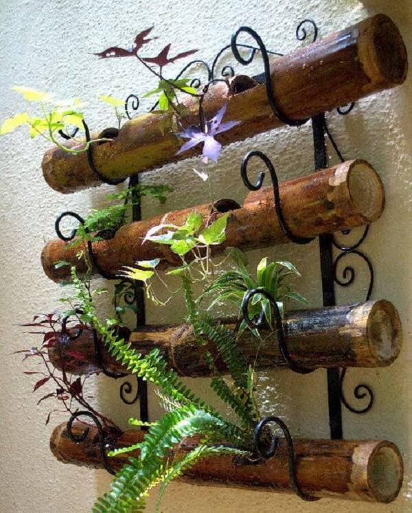 Handicraft with thick bamboo forms a beautiful vertical garden