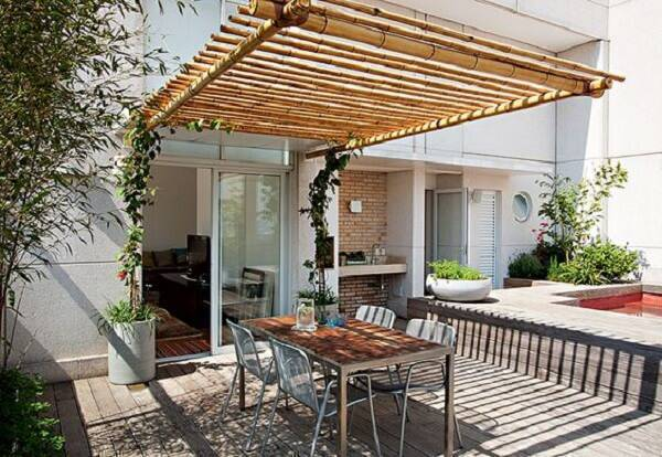 The terrace received a creative roof made with bamboo