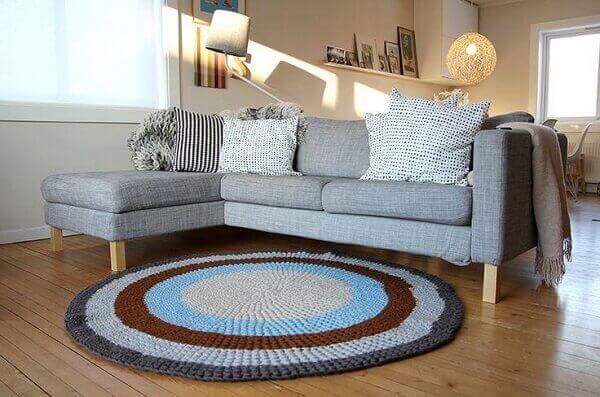 Round crochet rug decorates the room