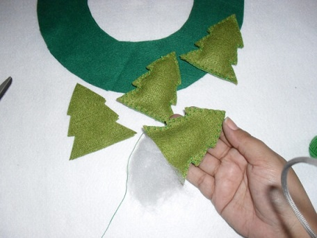 If you want, you can make mini felt pines to accompany your garland