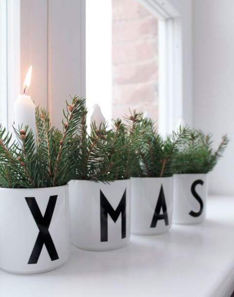With some mugs, sheets, ribbon or black pen and some candles you can create beautiful Christmas ornaments