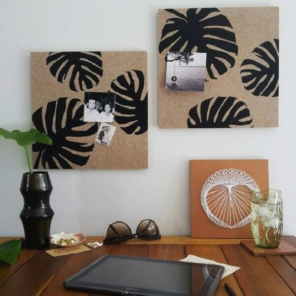 The frame made of cork can receive a stencil painting and be used to fix photos