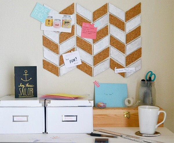 Delicate cork board serves to fix scraps