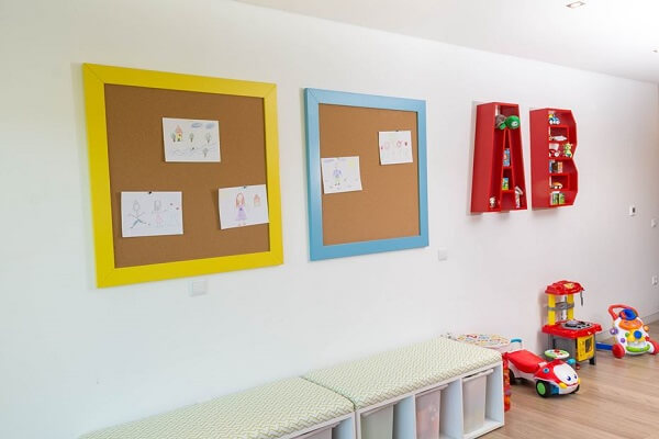 Use the board made of cork in the children's room to fix your drawings