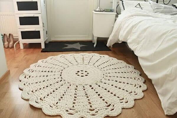 Round crochet rug in white