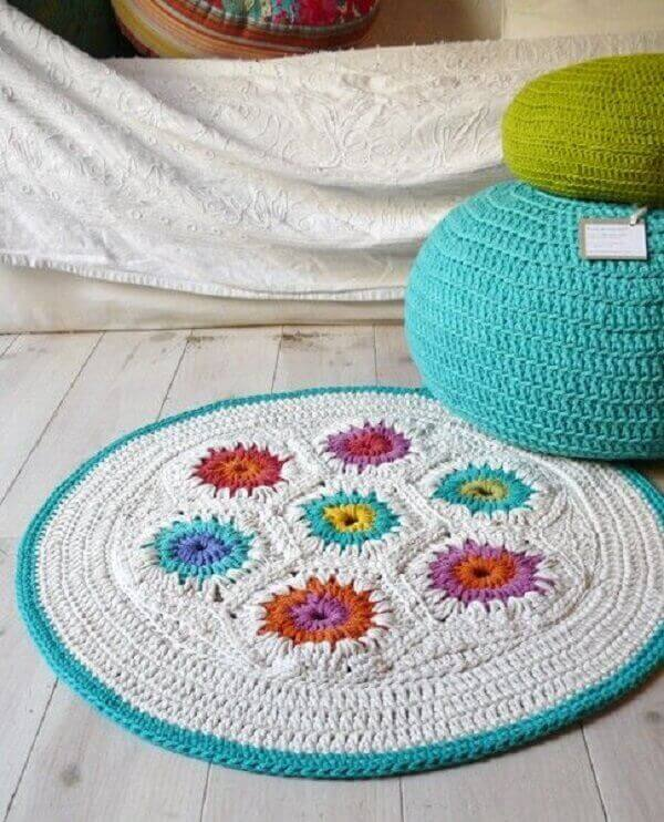 Delicate and simple round crochet rug