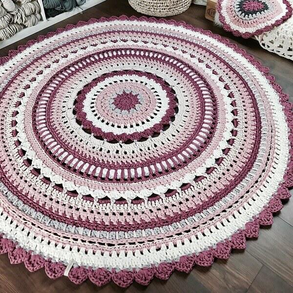 Round crochet rug in magenta color