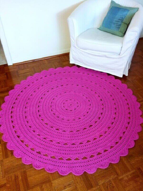 Round crochet rug in pink decorates small room