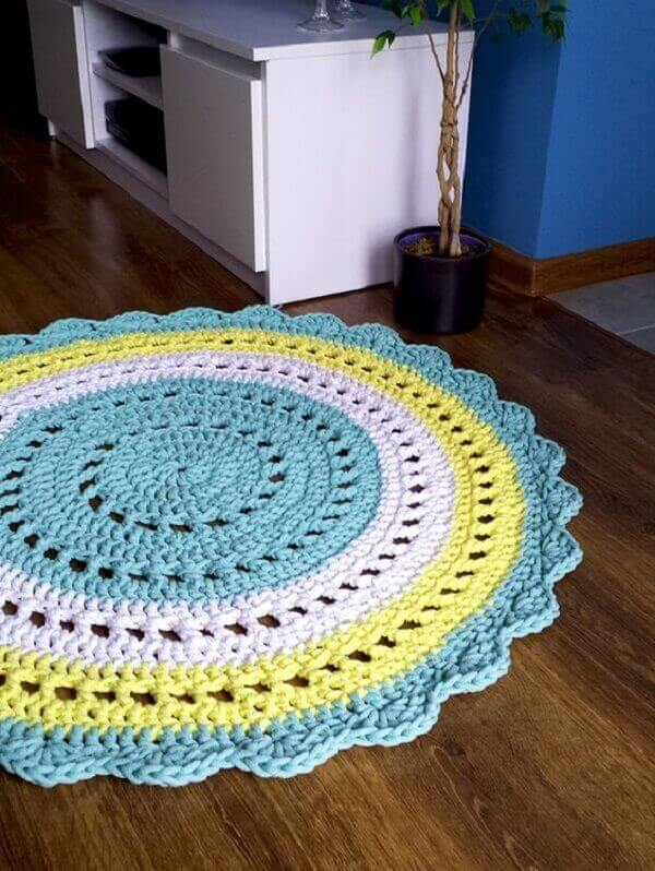 Round crochet rug to decorate the room