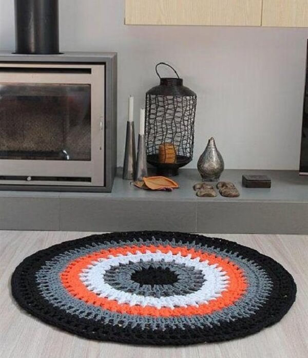 The crochet rug is an excellent decoration option for rooms