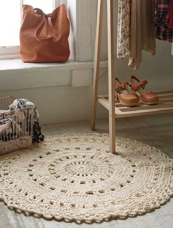 The round crochet rug complements the decor of the room and serves as comfort for the feet