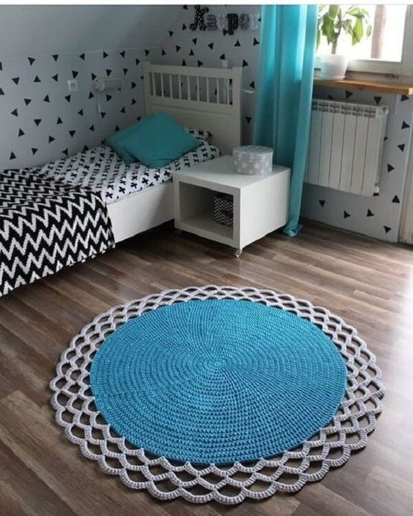 The round crochet rug matches perfectly with the bedroom decor