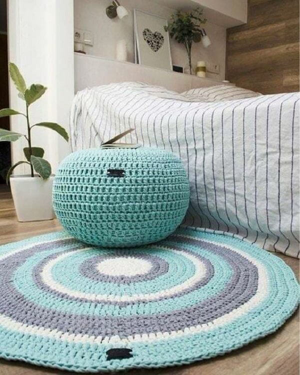 Double bedroom with puff and crochet rug