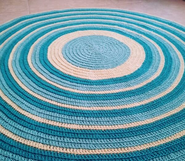 Crochet rug with eye-catching colors