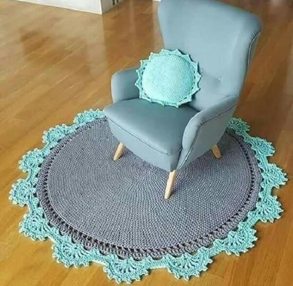 Crochet carpet in gray tone with blue finish