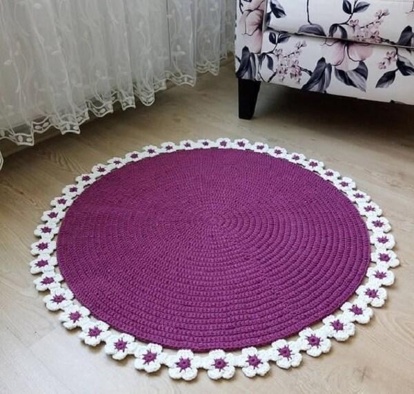 Round crochet rug with flower trim