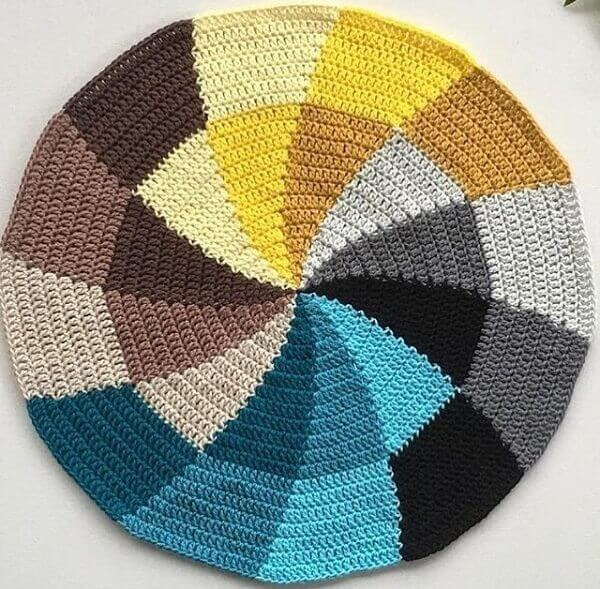 Color disc that enchants the decoration of the room