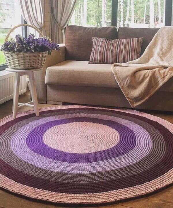 Living room with loveseat and crochet rug in mixed colors