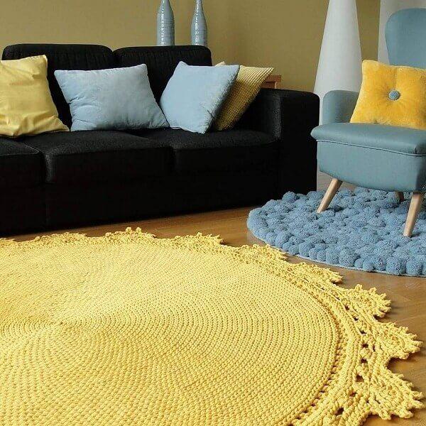 Living room with black sofa and yellow crochet rug