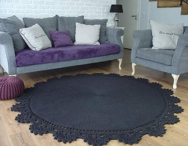 Sala de estar com tapete de crochê redondo preto