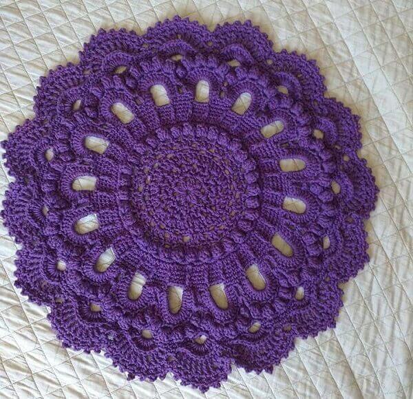 Tapete de crochê roxo com acabamento delicado