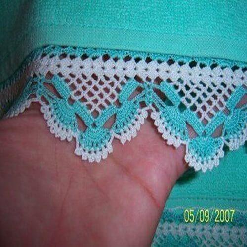 Crochet hook for green and white bath towel Photo by Örgü Dantel Ve Moda Dünyası