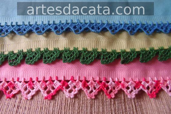 Towels with colored crochet nozzle matching the color of the pieces Foto de Artes da Cata