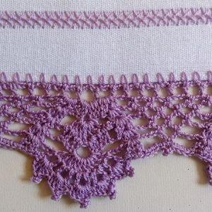 Purple crochet nozzle on white dish towel Foto de Arte aos 4 Ventos