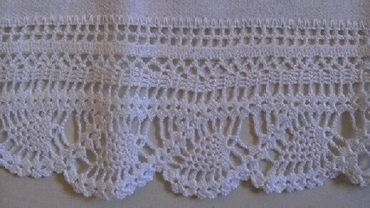 White crochet nozzle on white dish towel Foto de Arte aos 4 Ventos