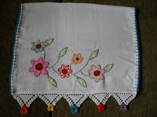 Dishcloth with florets of fabric and crochet nozzle with colorful flowers on the ends Foto de Artes da Cata