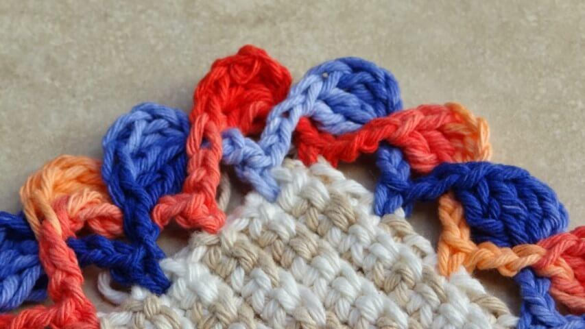 Colorful crochet beak on string rug Photo of Ateliê do Crochet