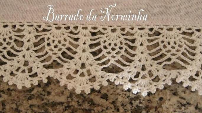 Neutral rug with lacy crochet nozzle Photo by Barrado da Norminha