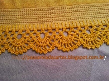 Crochet hook for yellow towel Photo by Passarela das Artes
