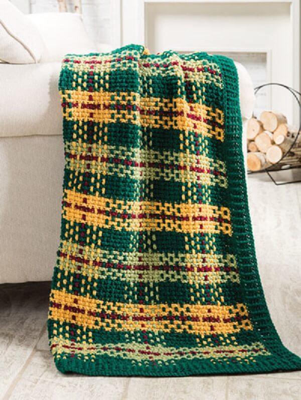 The Tunisian crochet blanket decorates the living room