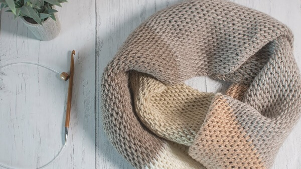 Neutral scarf with closed wefts
