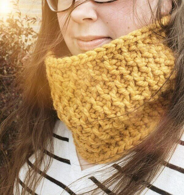 Yellow neck collar made in Tunisian crochet