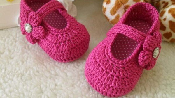 Pink booties made with the Tunisian crochet technique