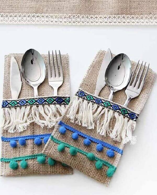 For a rustic decoration use the cutlery holder made of jute fabric