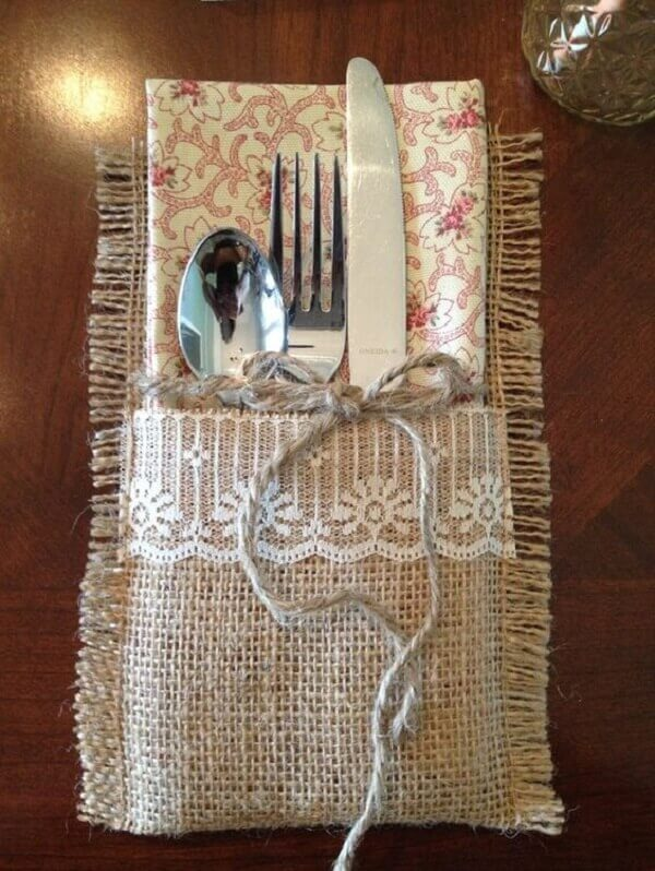 Cutlery holder model in jute fabric and white lace