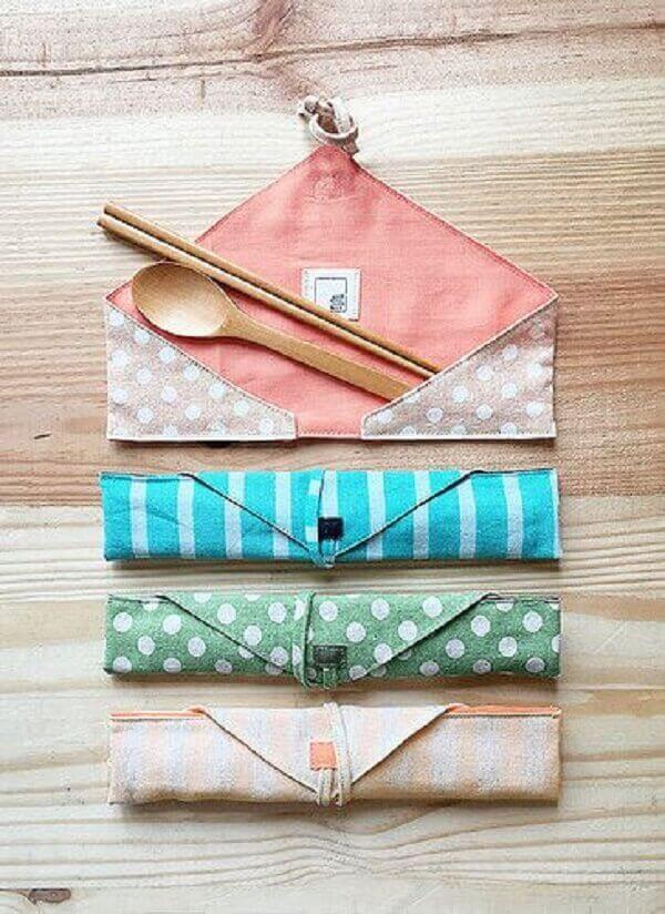 In the market it is possible to find different patterns of fabric cutlery holder
