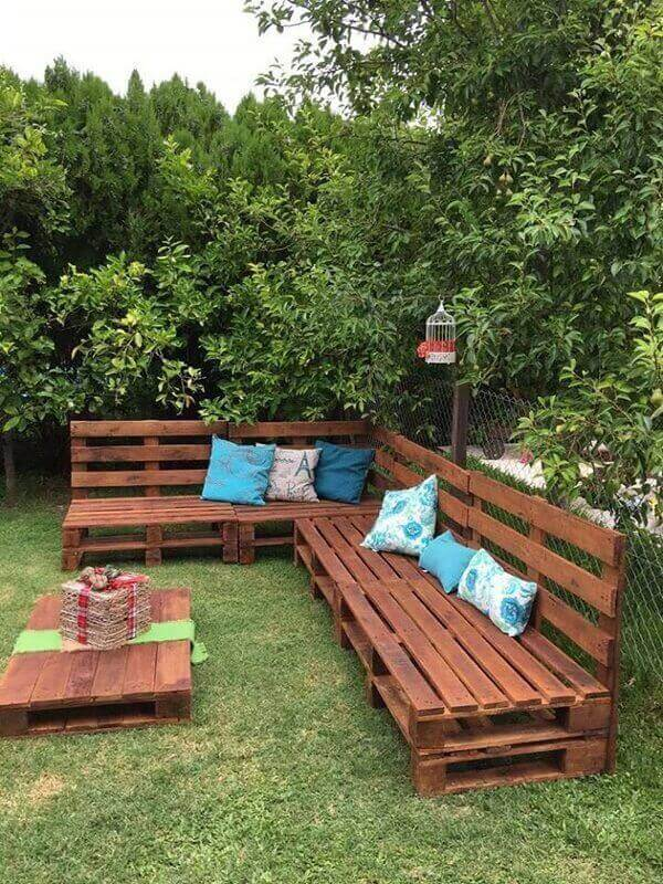 Reserve a special corner of your garden to accommodate pallet furniture