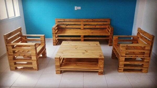 Decoration with table and pallet bench
