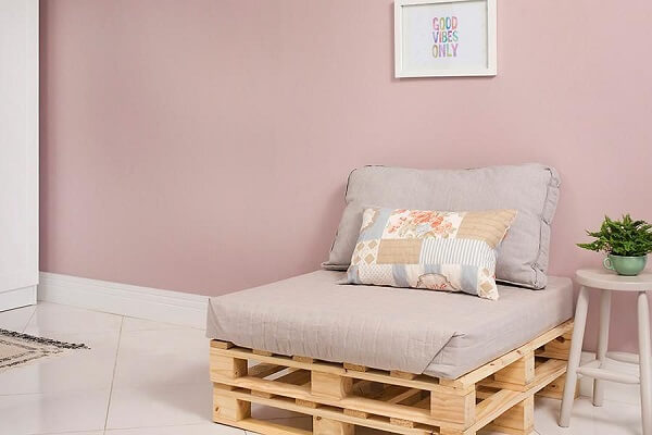 The natural color of the wood combines with different styles of decoration