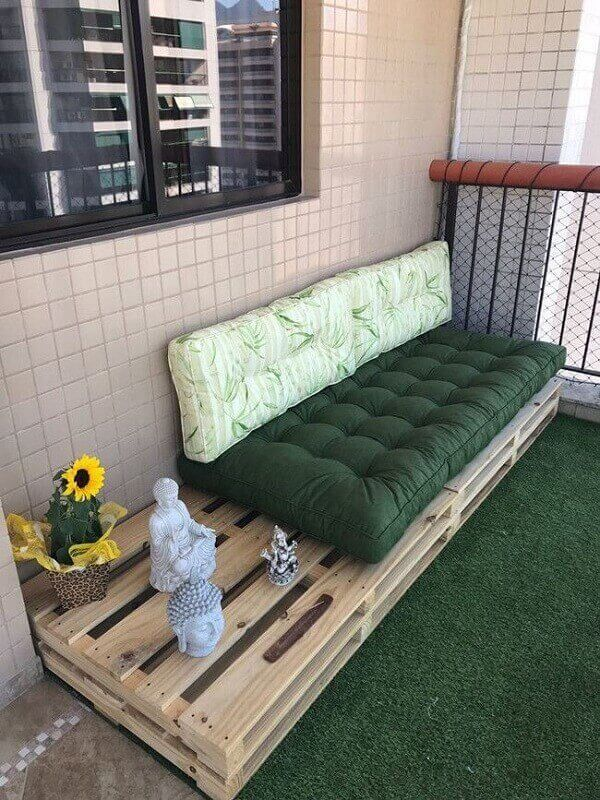 Accommodate decorative objects in the pallet bench structure